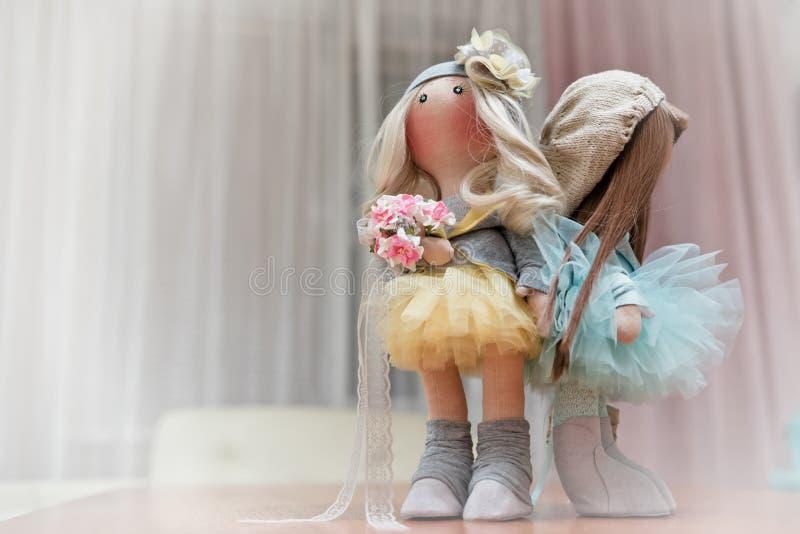 Deux poupées de chiffon faites main - blondes et châtains photos stock