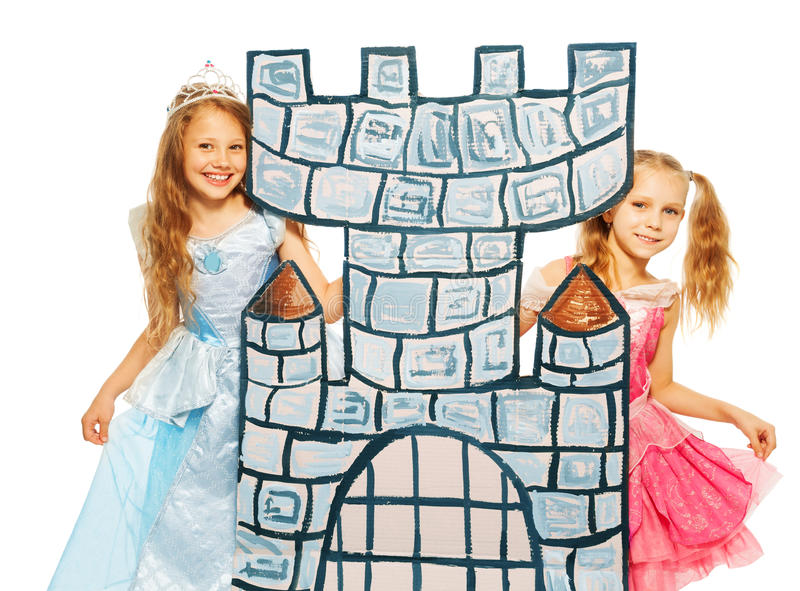 Deux princesses derrière la tour de château de carton images stock