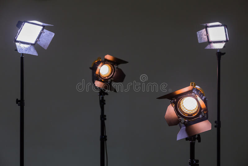 Deux projecteurs avec les lampes d'halogène et la lentille de Fresnel et deux ont mené le dispositif d'éclairage Tir dans l'intér images libres de droits