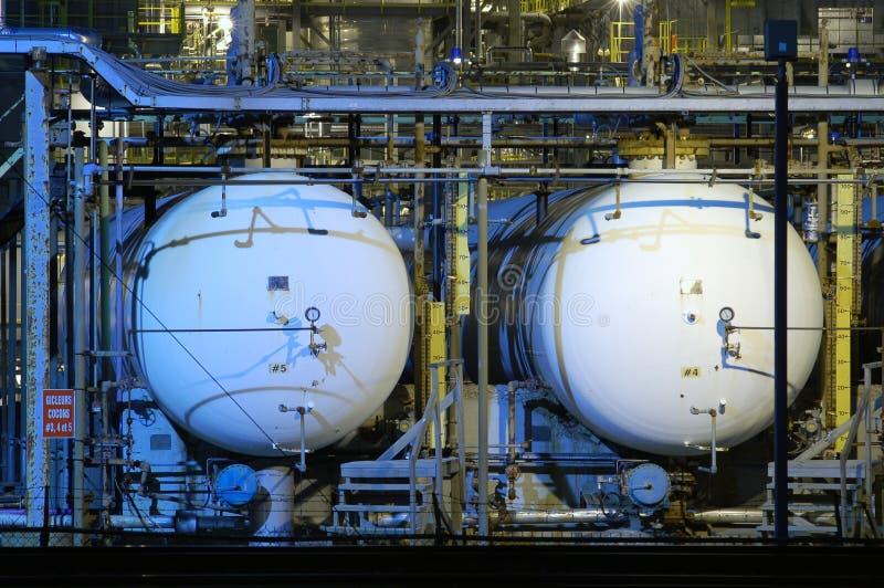 Deux réservoirs d'huile la nuit photographie stock