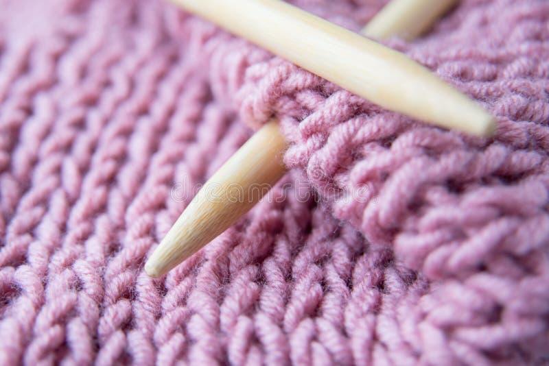 Deux rais de tricotage et fin tricotée de tissu  photo stock