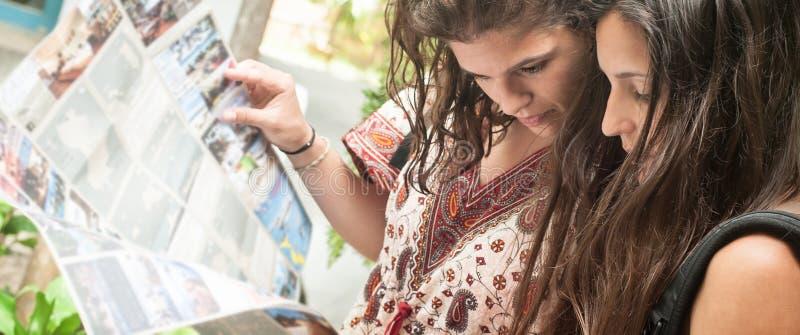 Deux randonneurs de femme de voyageur d'aventure regarde la carte de touristes photos stock