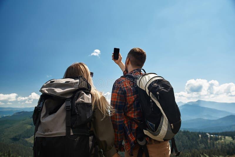 Deux randonneurs prennent la photo sur le dessus de bâti image stock