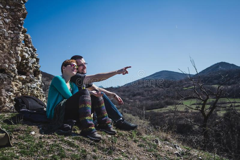 Deux randonneurs sur la montagne appréciant le soleil au-dessus de la vallée photo stock