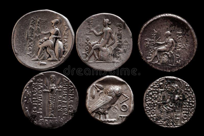 Deux rangées des pièces en argent du grec ancien images stock