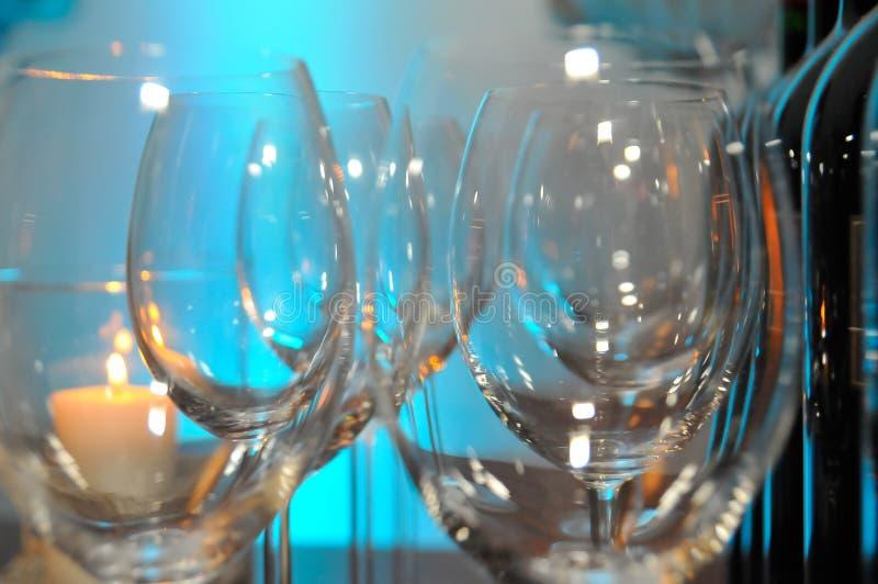 Deux rangées des verres vides sur une table photo libre de droits