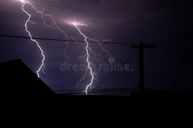 Deux rayons de foudre la nuit orageux image libre de droits