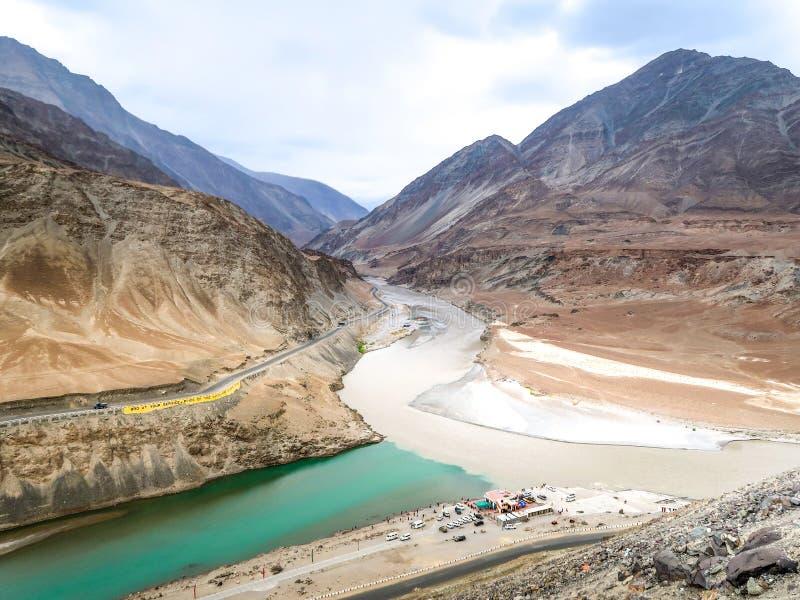 Deux rivières sont confluent aux rivières de Zanskar, Leh, Inde image libre de droits