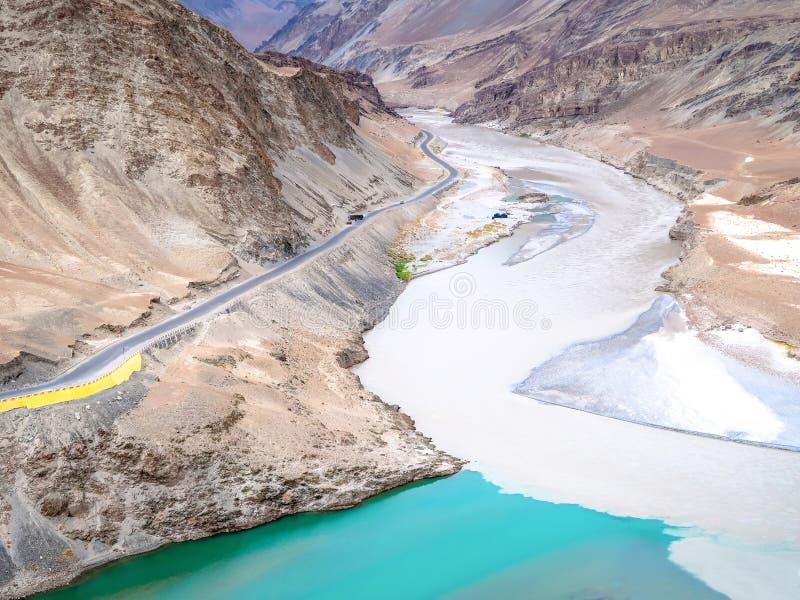 Deux rivières sont confluent aux rivières de Zanskar, Leh Ladakh, Inde photos stock
