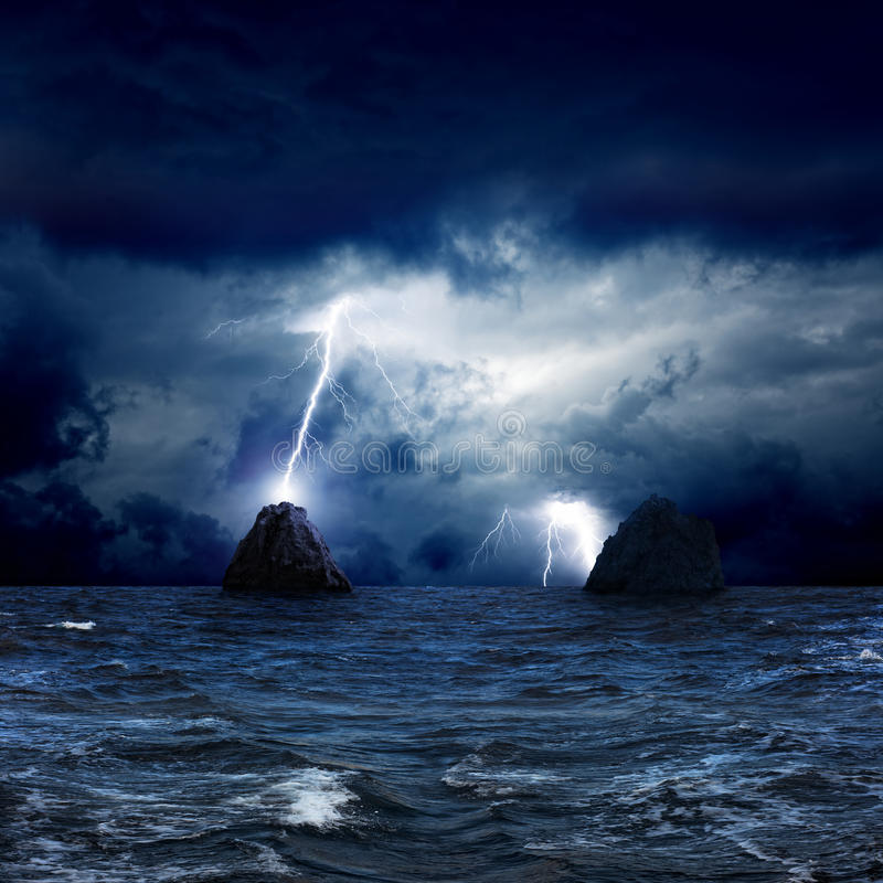 Deux roches en mer photo stock