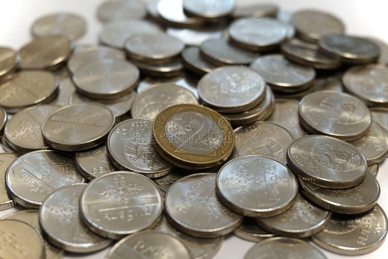 Deux roubles biélorusses inventent sur une pile des roubles photo stock