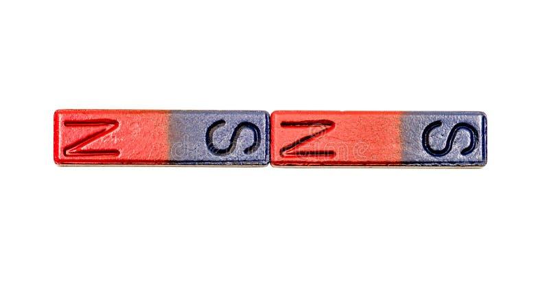 Deux rouges et barres aimantées bleues d'isolement sur le fond blanc avec le chemin de coupure photos libres de droits