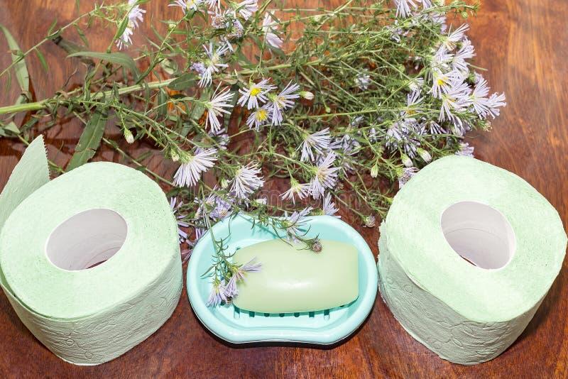 Deux rouleaux de papier hygiénique et de savon sur la vue supérieure de table images libres de droits