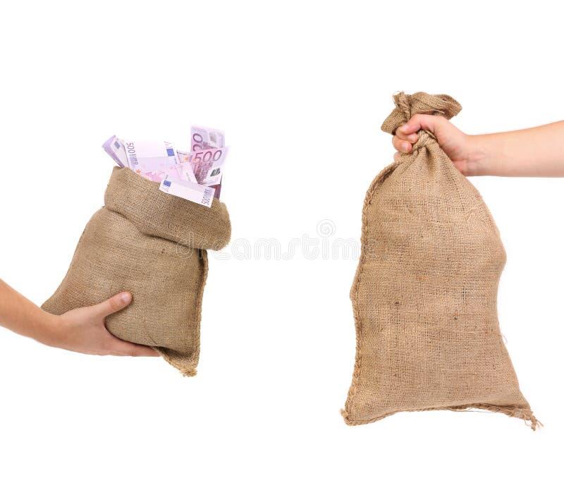 Deux sacs dans des mains. photo libre de droits