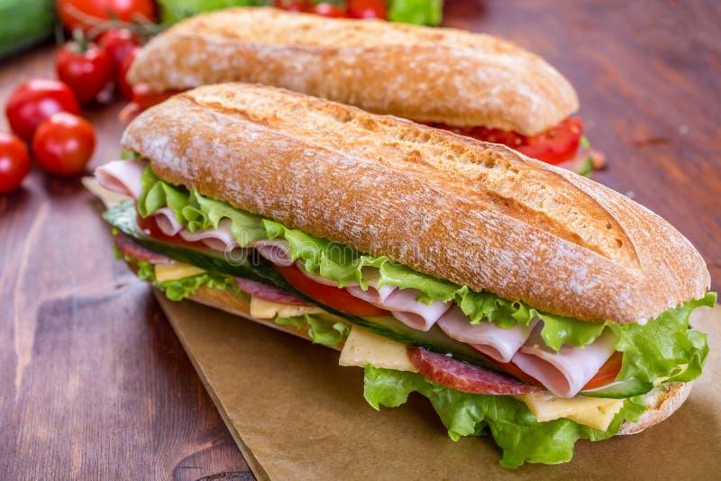 Deux sandwichs à ciabatta avec du jambon et la laitue photos libres de droits