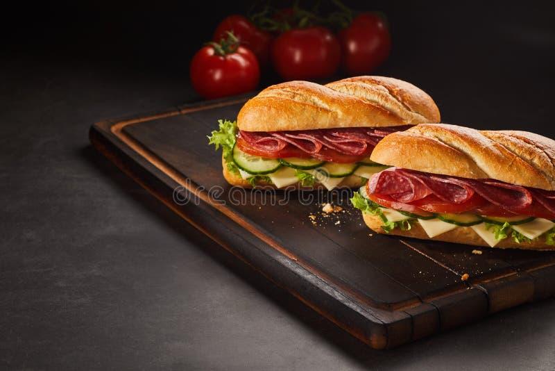 Deux sandwichs à pepperoni avec du fromage et le concombre image libre de droits