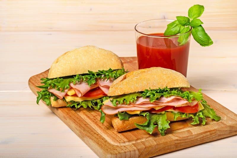 Deux sandwichs avec le jus de tomates photos libres de droits