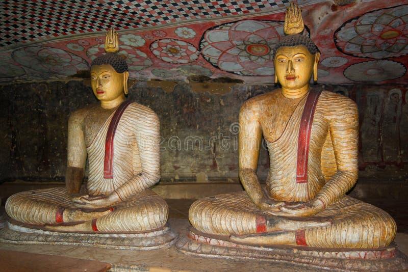 Deux sculptures antiques du Bouddha assis dans le temple bouddhiste de caverne (approximativement je siècle AVANT JÉSUS CHRIST) photo libre de droits