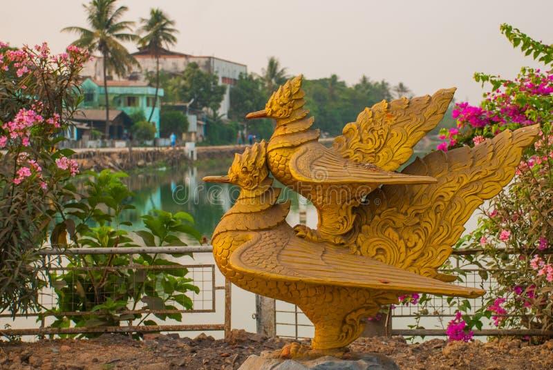 Deux sculptures en or des oiseaux Un oiseau se repose de l'autre Bago dans Myanmar burma photo libre de droits