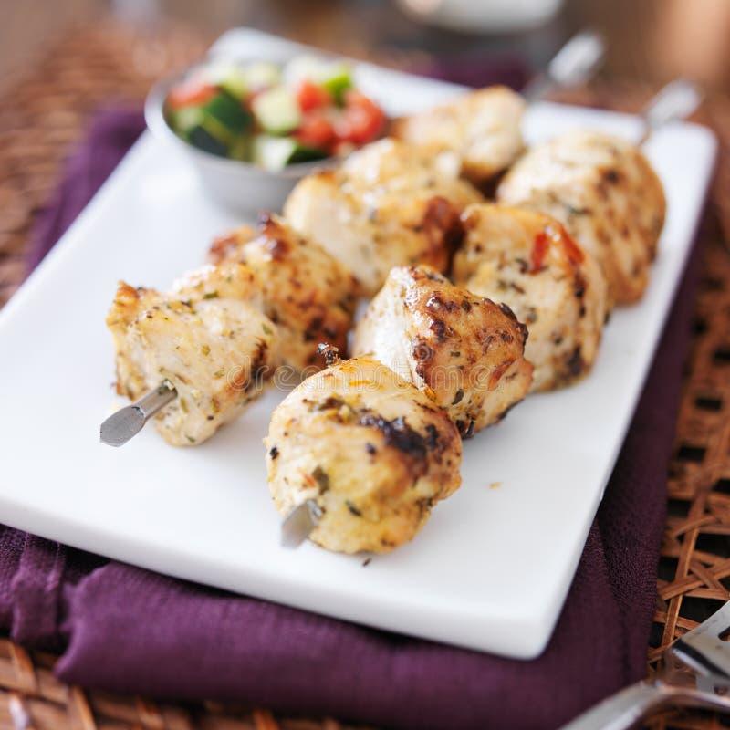 Deux shishkabobs grillés de poulet image libre de droits