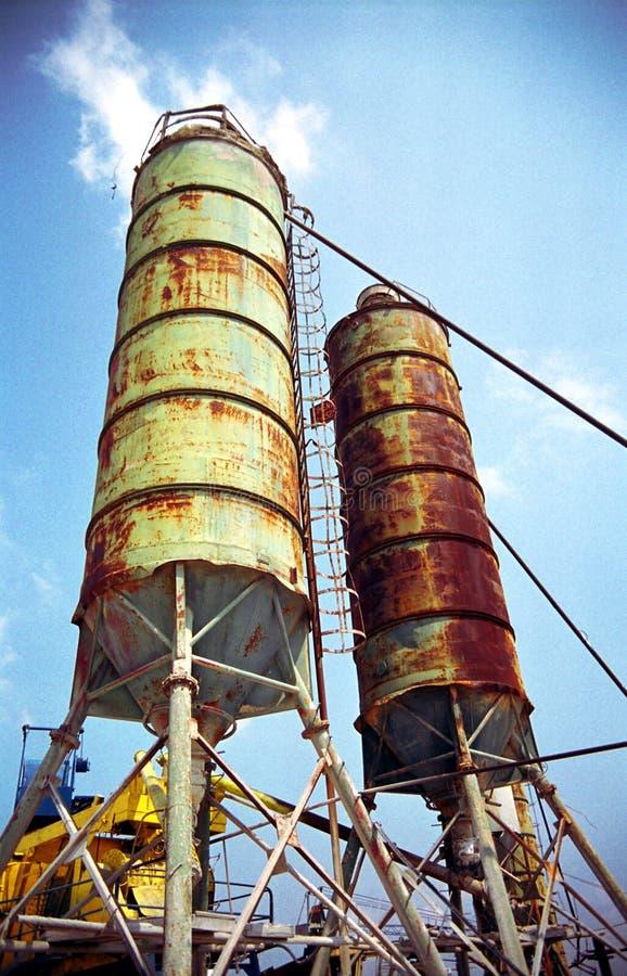 Deux silos au-dessus de ciel bleu photos libres de droits