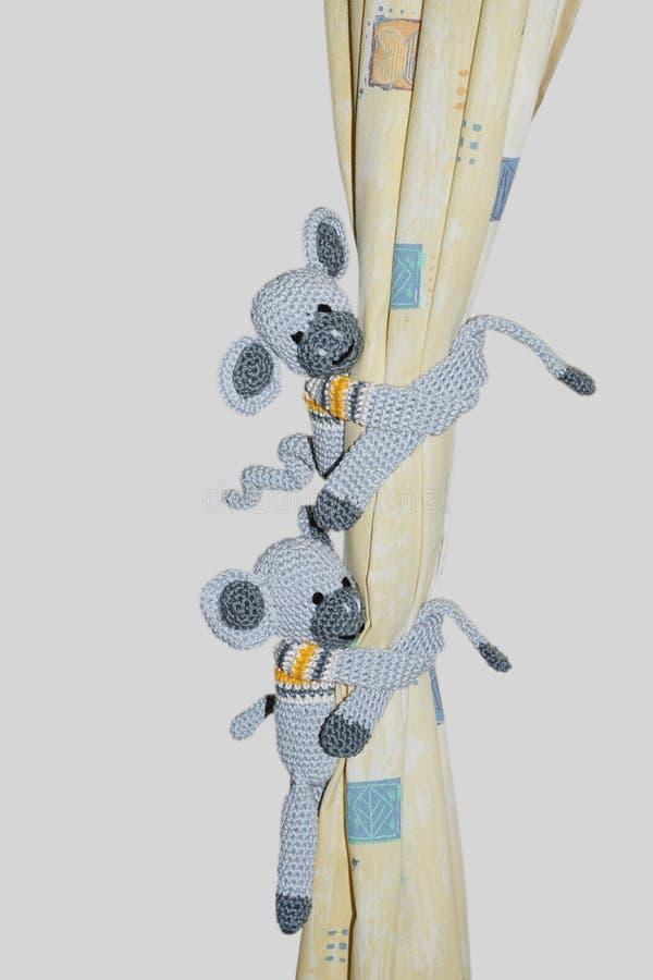 Deux singes à crochet s'accrochent au rideau photo libre de droits