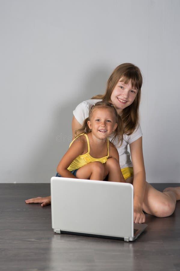 Deux soeurs adolescente et enfant de filles photos stock