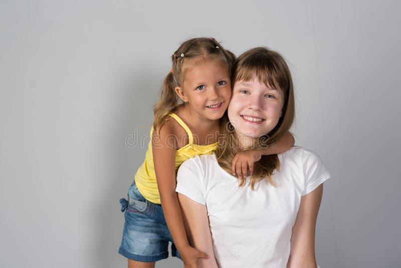 Deux soeurs adolescente et enfant de filles photographie stock libre de droits