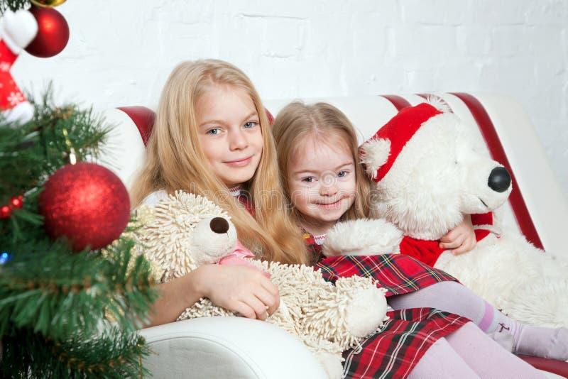Deux soeurs avec des ours de nounours Vacances d'hiver image libre de droits