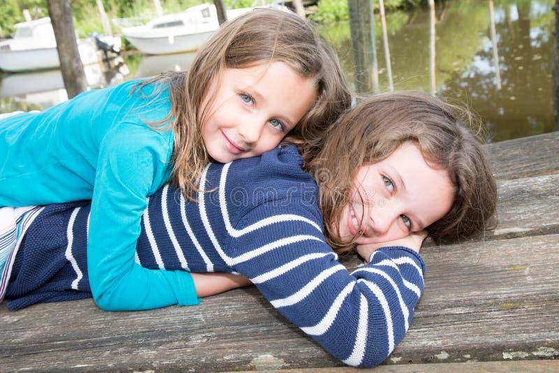 deux soeurs d'enfants de filles s'aimant étreignant et embrassant photos libres de droits