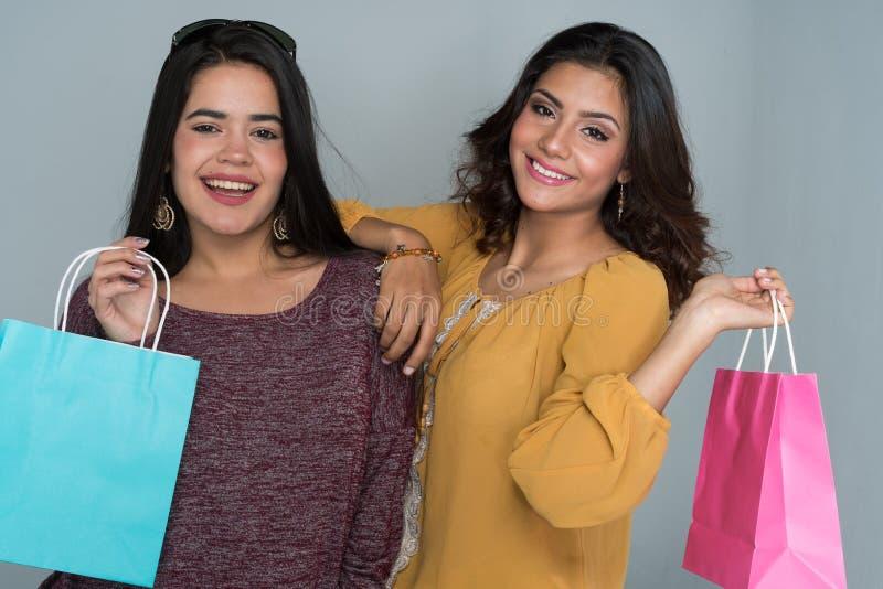 Deux soeurs de l'adolescence hispaniques photos libres de droits