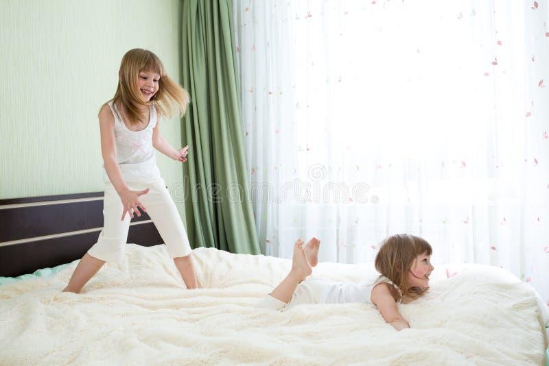 Deux soeurs jouant sur le lit photo libre de droits