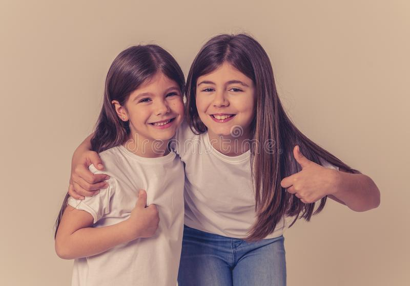 Deux soeurs mignonnes jouant avoir ensemble l'amusement posant et modelant photographie stock