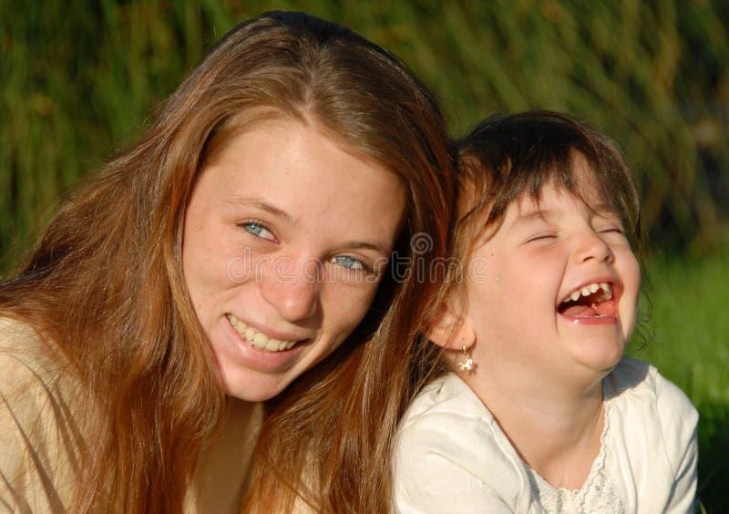 Deux soeurs riantes photo stock