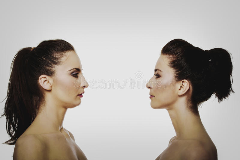 Deux soeurs se tenant face à face images stock
