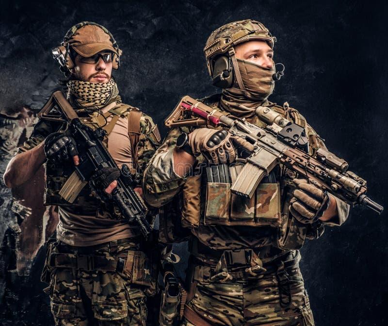 Deux soldats de forces spéciales dans le plein équipement de protection avec des fusils d'assaut r image libre de droits