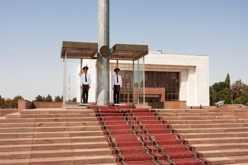 Deux soldats de gardes servant dans la place principale du pays photo stock