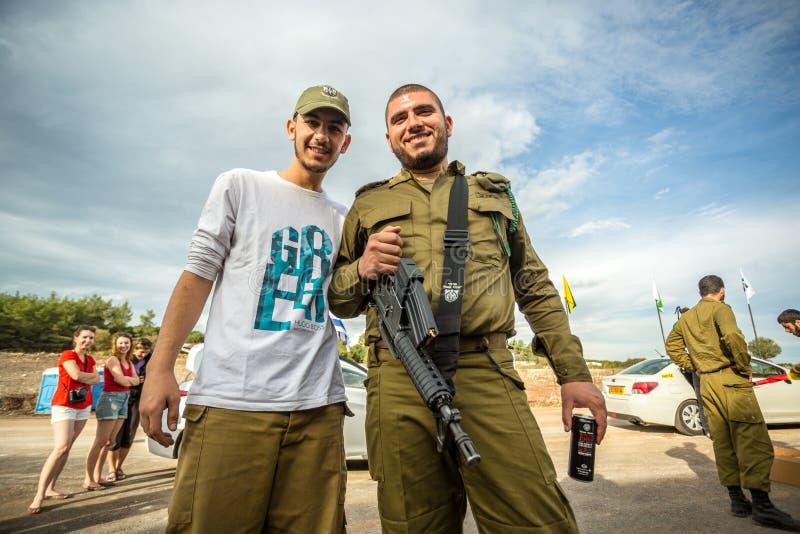 Deux soldats israéliens posant à la photo images libres de droits