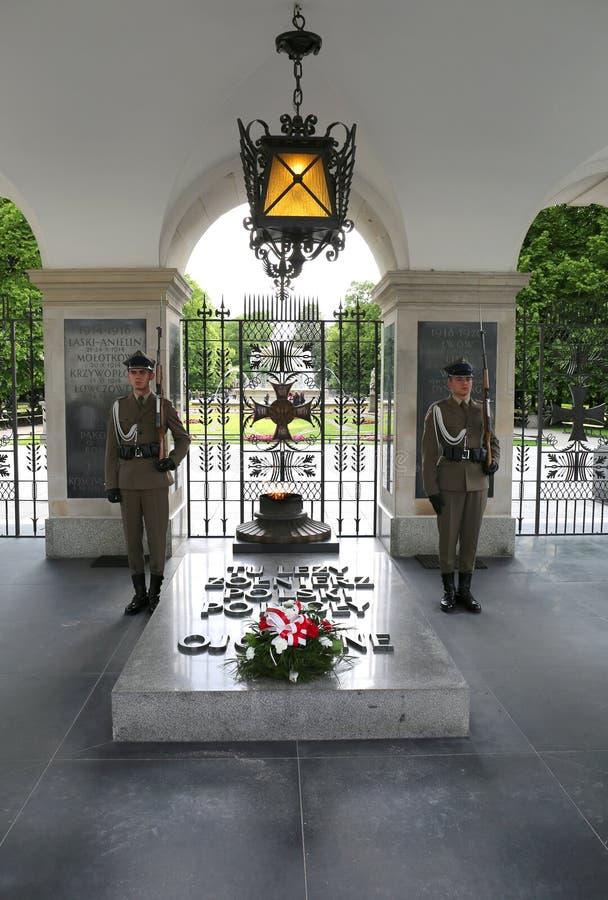 Deux soldats non identifiés gardant la tombe du monument de soldat inconnu photos stock