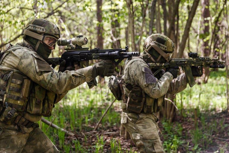 Deux soldats sur l'assaut dans la forêt photos stock