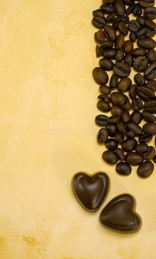 Deux sucreries et cafés de chocolat en forme de coeur images stock