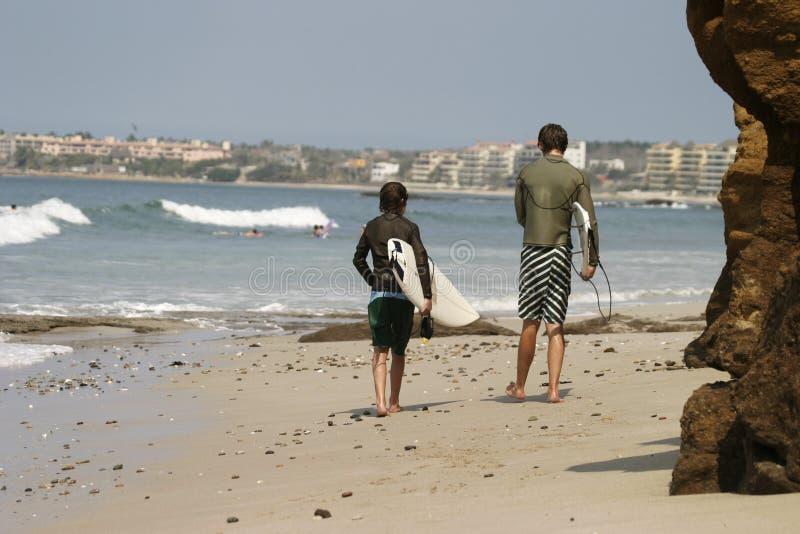 Deux surfers sur la plage photographie stock