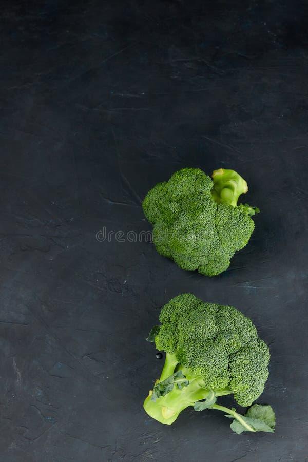 Deux têtes de salade saine brocoli vert frais et cru la vue de la fleur végétale verte supérieure Régime sain Copiez l'espace photos stock