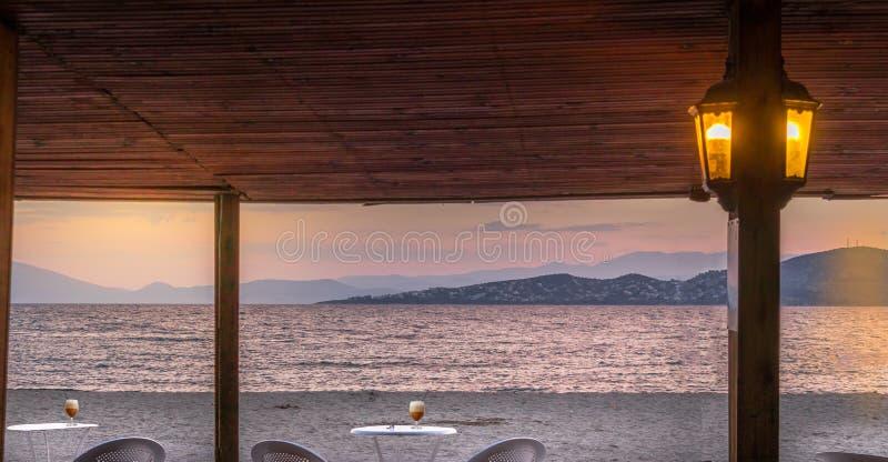Deux tables avec du café froid de cappuccino de freddo dehors un café image libre de droits