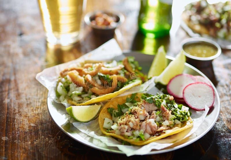 Deux tacos mexicains de rue avec du porc et le ³ coupés n de Chicharrà images libres de droits