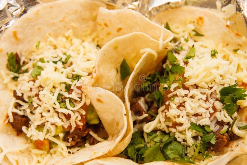 Deux Tacos mous dans l'aluminium photos libres de droits