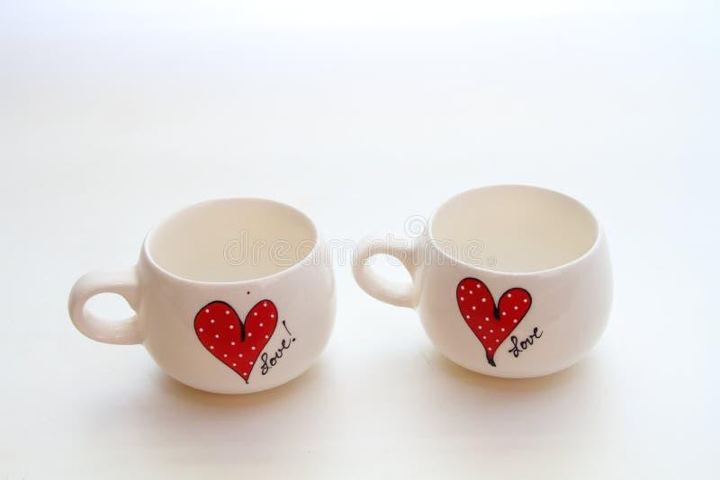 Deux tasses blanches avec le motif d'amour images stock