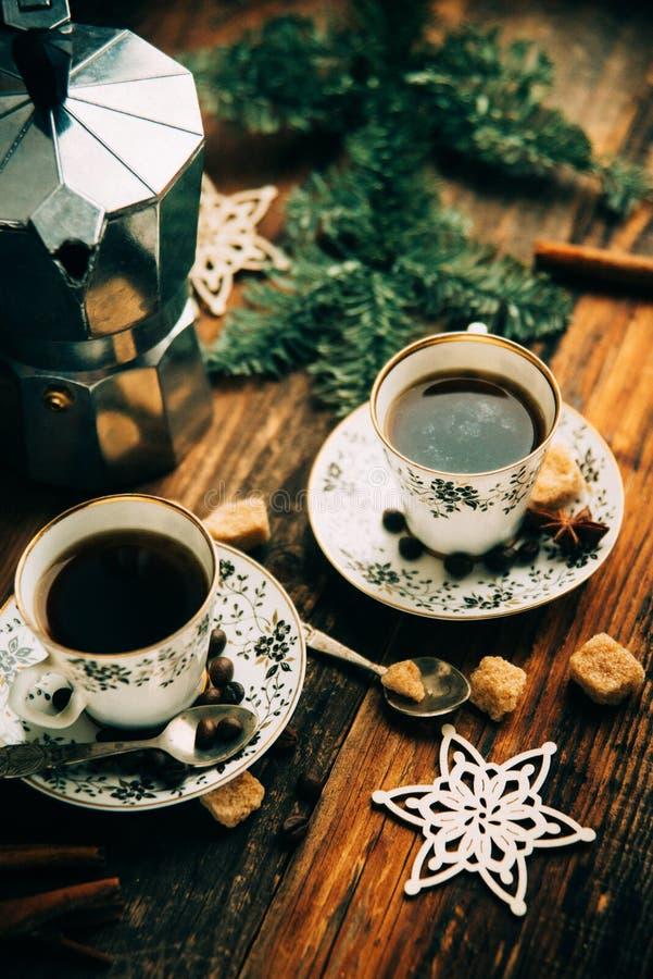 Deux tasses d'expresso avec des morceaux de sucre de canne et de fabricant de café italien sur la table en bois image libre de droits