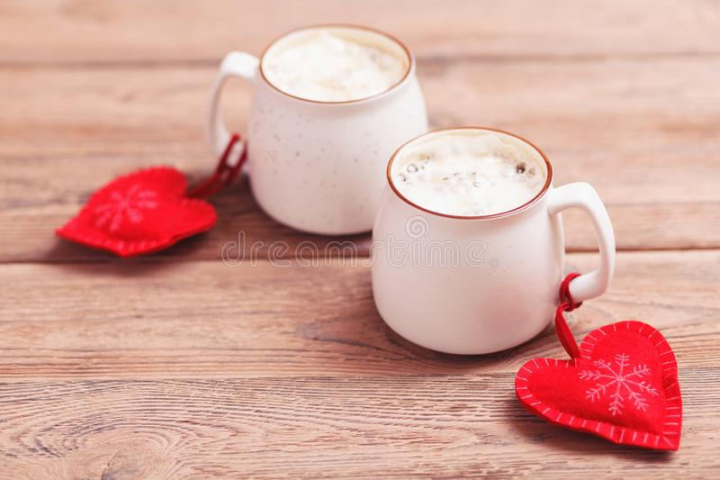 Deux tasses de café avec le coeur senti décoratif sur le plan rapproché en bois de fond Le concept de la Saint-Valentin, Noël photos libres de droits