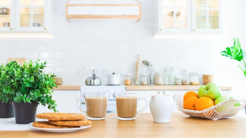 Deux tasses de café, de biscuits et de fruit de matin sur la table de cuisine Bonjour ou concept de petit d?jeuner photo libre de droits